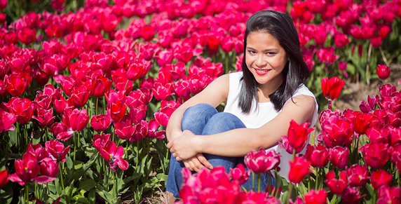 portret session in tulip field