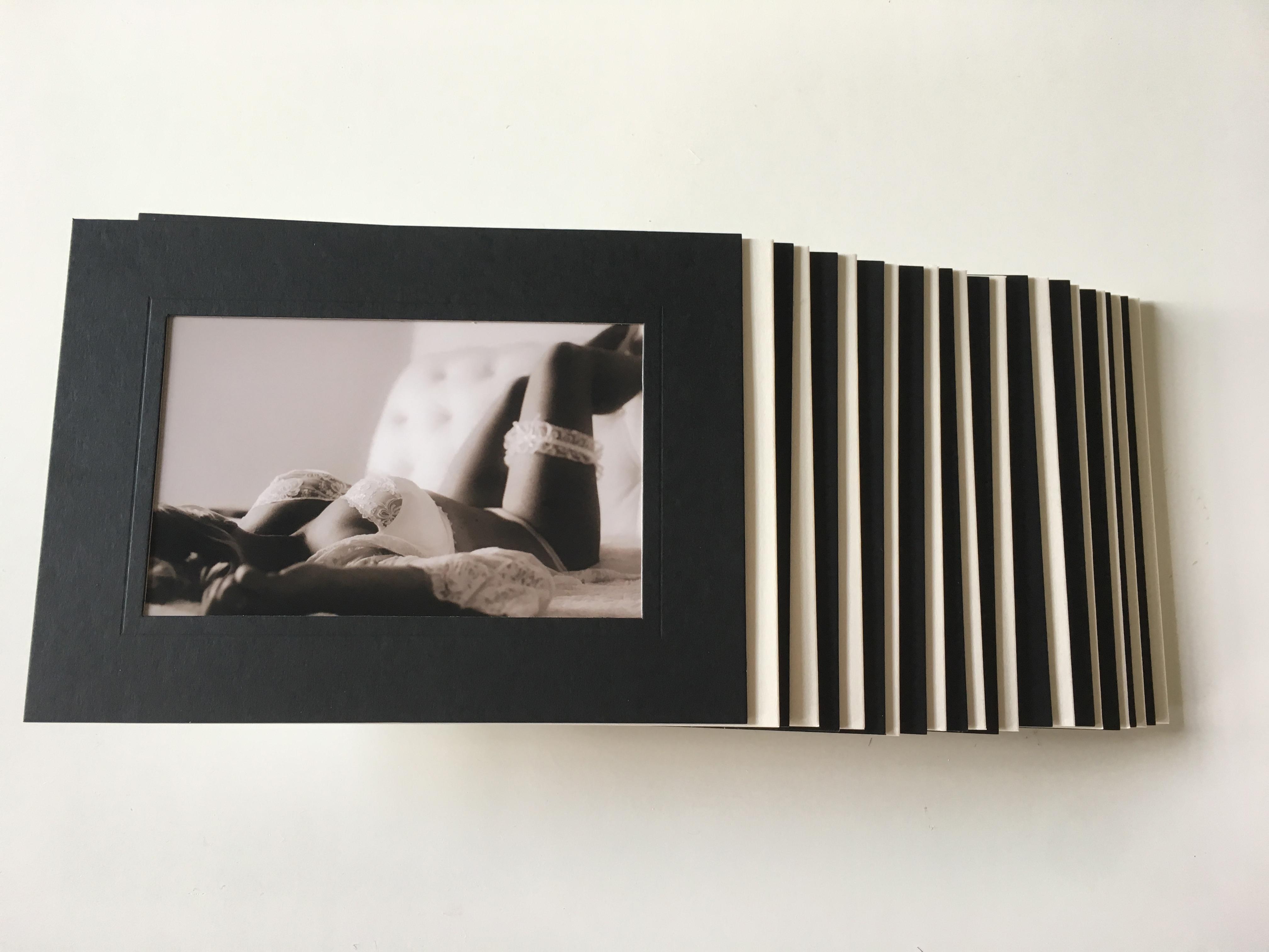 zelfstandig staande passe partout in ivoor of zwart kleur en in de maten 10x15; 13x18 en 20x30 cm